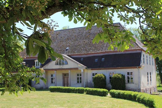 starý dům, vysoká střecha, zeleň
