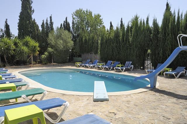 Ochranu bazénu lze řešit zastřešením, nebo bazénovou plachtou
