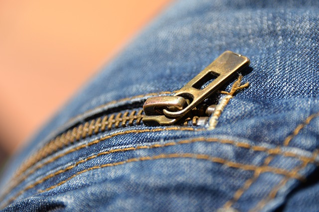 zip na džínách