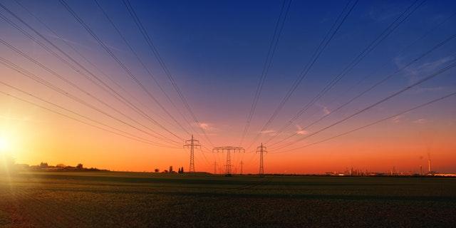 západ slunce za vysokým napětím