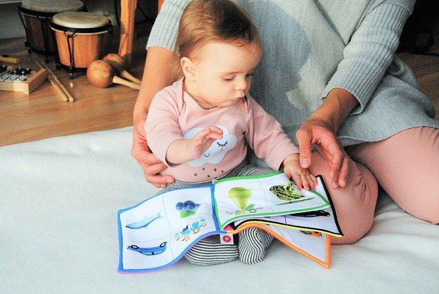 dítě u knihy