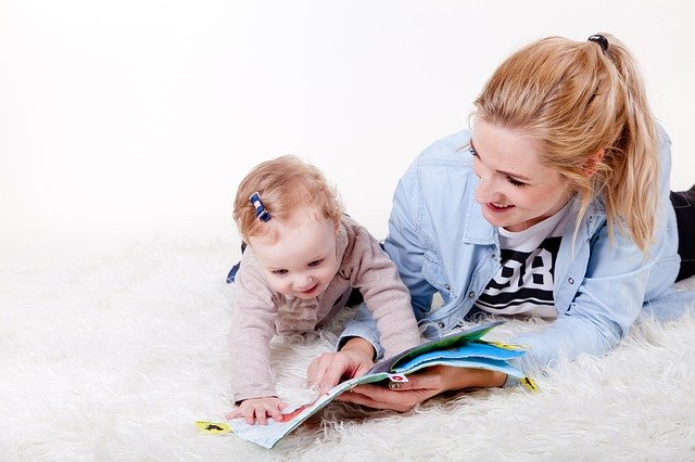 matka s dítětem u knížky
