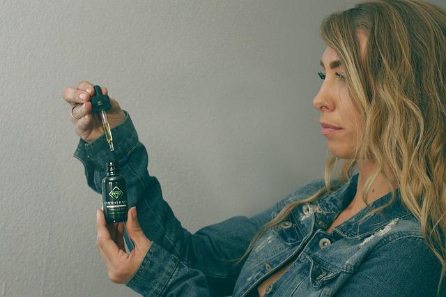 žena s tinkturou konopného oleje